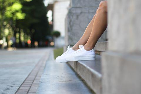 Белоснежные кроссовки — легкость и комфорт для долгих прогулок